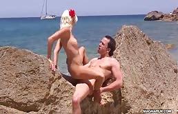 Blonda suge pula si se fute pe plaja