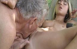 Adolescenta blonda face muie si se fute cu bunicul ei