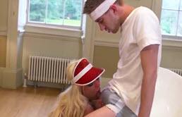 Blonda fututa de colegul de echipa