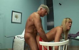 Blonda cu tate mici fututa in pizda umeda de doctorul in varsta