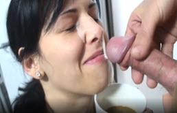 Bruneta cu tate mici bea sperma cu cafeaua