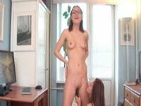 Adolescente se masturbeaza in cur si in pizda