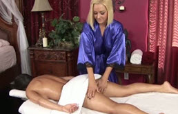 Doua lesbiene se excita cu un vibrator