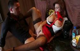 Tarfa matura cu tate mari se fute anal cu un barman