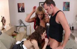 Barbat matur face sex cu 2 tinere excitate