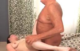 Barbatul care fute pizde, spermeaza si linge din pizda sperma lui