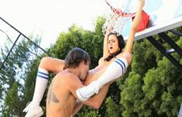 Sex cu o tanara de 18 ani pe terenul de basket