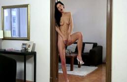 Bruneta sexy se masturbeaza pe tocul usii