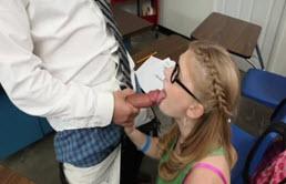 Blonda cu tate mici ii suge pula profesorul ca sa scape de detentie