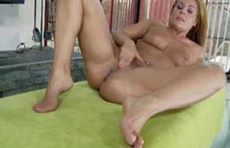 Blonda ajunge usor la orgasm