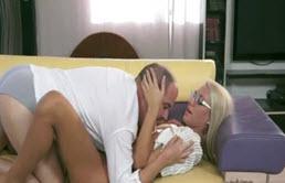 Ii linge picioarele blonde ca sa se excite