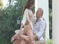 Sex pe masa din gradina