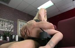 Tommy Gunn isi fute profesoara de  sexologie