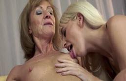 Doua babe lesbiene se ling in pizde