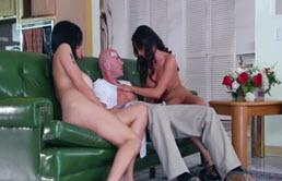 Sex anal in trei cu doua curve tatoase