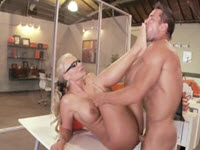 Milfa cu tate mari fututa hard de angajatul ei
