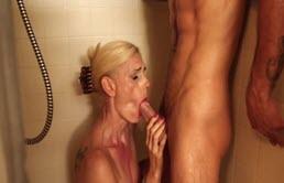 Milfa blonda face sex cu un tanar