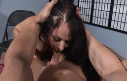 Tarfa bruneta suge pula unui mascul pana oboseste