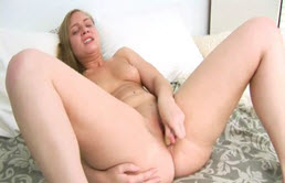 Blonda suge si fute un dildo
