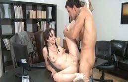 Bruneta sexy se fute cu directorul