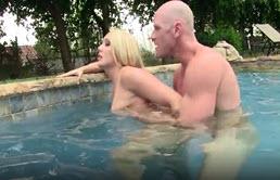 Blonda cu tate mici se masturbeaza si este fututa adanc