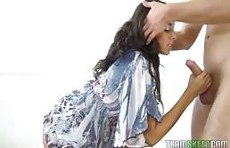 Adolescenta bruneta suge o pula mare