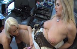 Milf blonda se satisface cu fiica ei