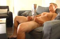 Un poponar se masturbeaza pe canapea