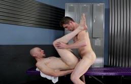 Un homosexual chelios futut adanc in curul paros