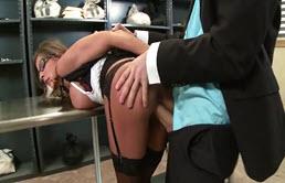 Secretara cu tate mari fututa in seiful bancii