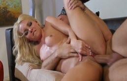 Blonda se masturbeaza si se fute hard