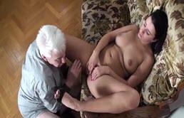 Bruneta masturbata in fata unui mos