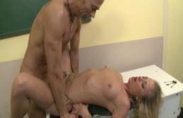 Angajata blonda penetrata adanc in pizda de un obsedat sexual