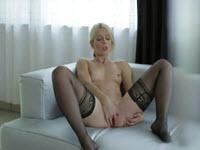 Blonda se masturbeaza pe canapea