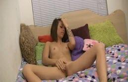 Se masturbeaza in fata webcam-ului